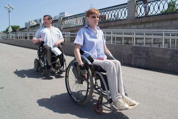 Люди в инвалидных колясках