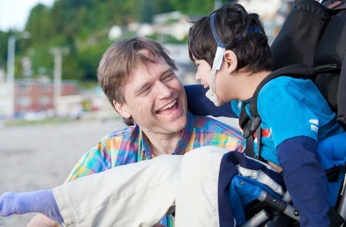 Мужчина с ребенком-инвалидом