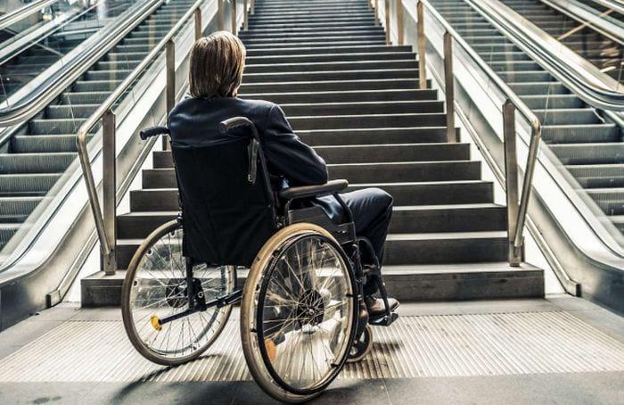 Молодой парень инвалид
