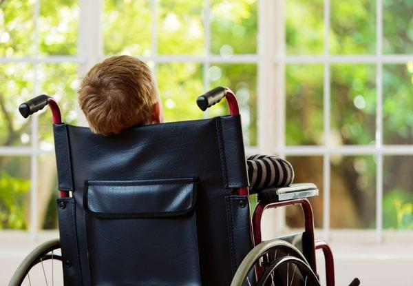 Мальчик в инвалидной коляске