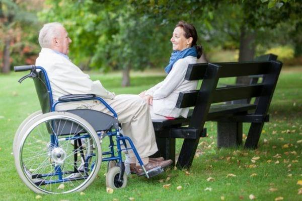 Прогулка на природе с инвалидом