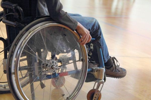 Ребенок в инвалидной коляске