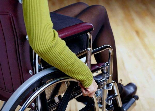 Девочка в инвалидной коляске