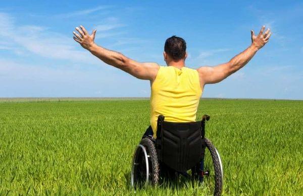 Мужчина в инвалидной коляске на участке